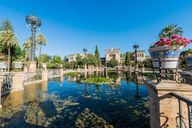 Plaza de América, al sur del del parque de María Luisa de Sevilla, Andalucía, España.